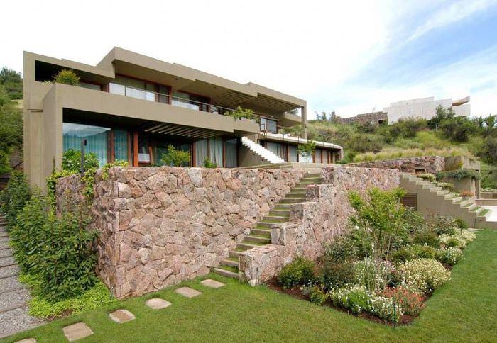 Подпорная стенка из бетона с облицовкой природным камнем