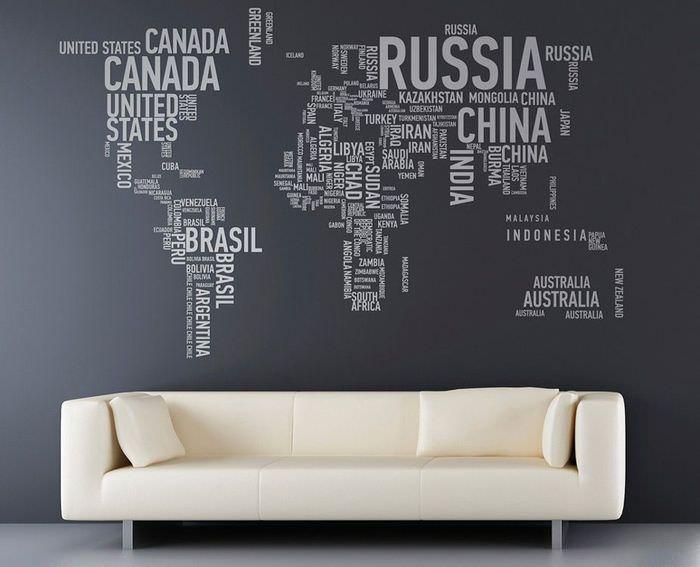 Надписи в виде карты над диваном в гостиной