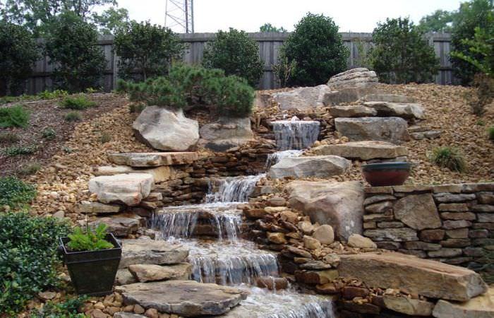 Каскадный водопад в ландшафте дачного участка