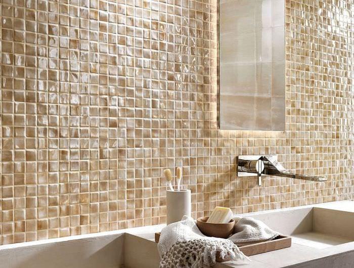Керамическая мозаика на стене ванной комнаты