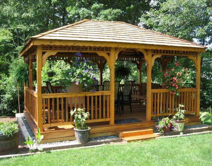 Фото садовой беседки из дерева в классическом стиле