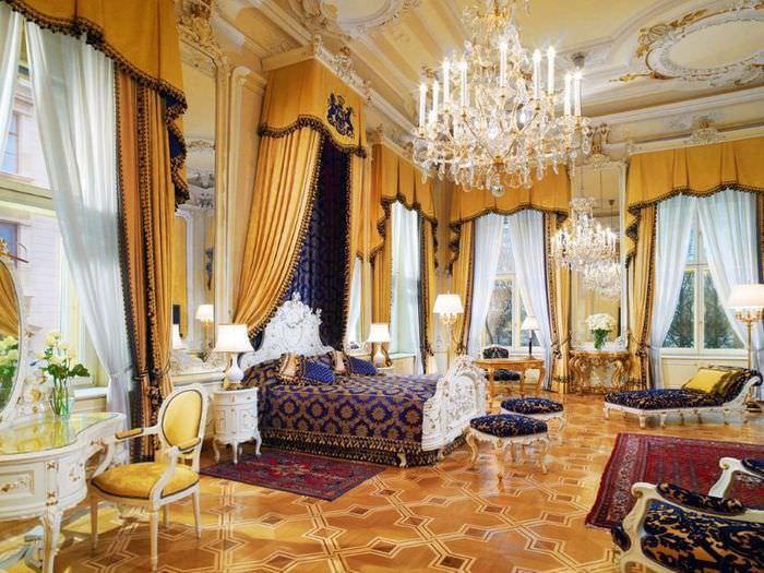 Дизайн классической спальни с лепниной на потолке