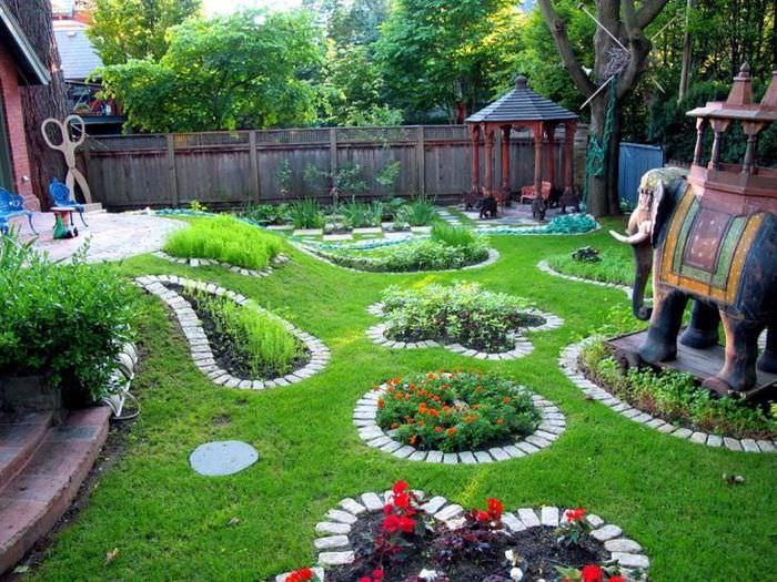 Декорирование небольшого сада клумбами из кирпича