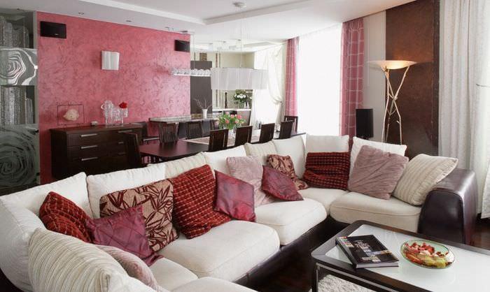 Сочетание красного и черного цветов в дизайне однокомнатной квартиры