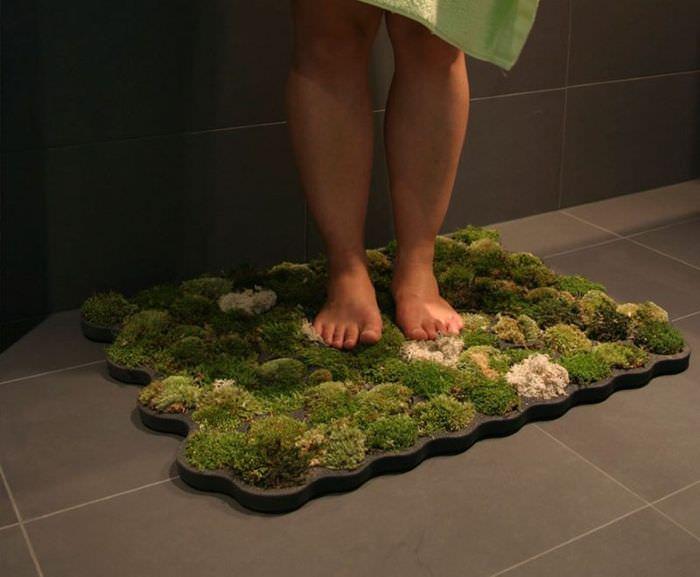 Коврик из натурального мха на полу в ванной комнате