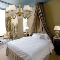 Красивая люстра в классической спальне