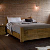 Деревянная кровать на дощатом полу