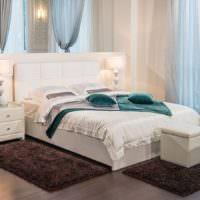 Мягкие коричневые коврики перед кроватью
