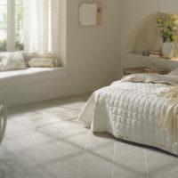 Керамический пол в спальной комнате