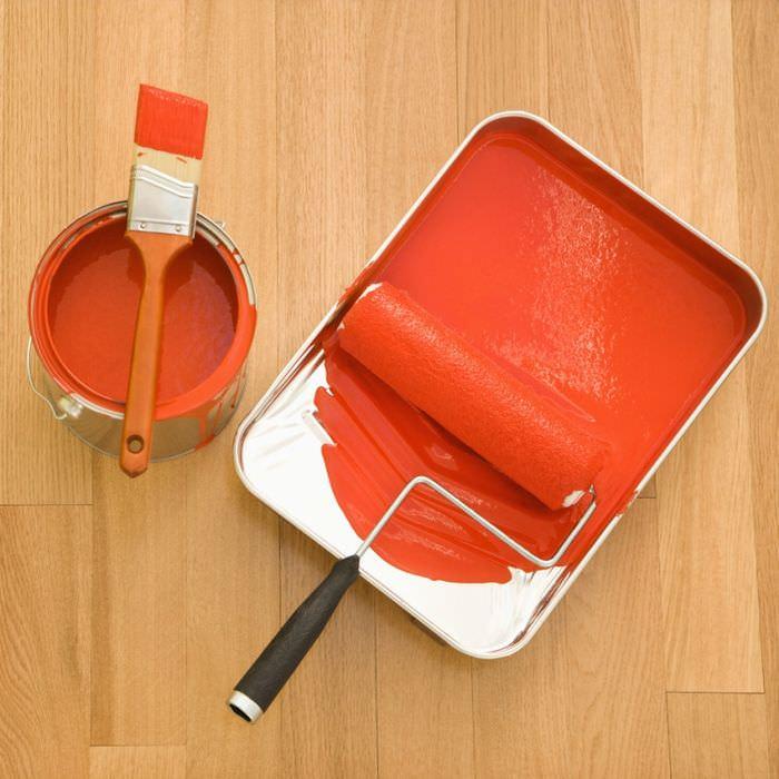 Краска для покрытия обоев, кисть и валик в ванночке