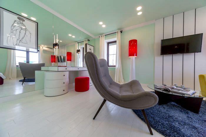 Дизайн гостиной в мятных тонах с акцентами красного цвета