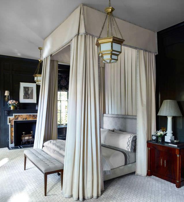 Кровать с балахоном в дизайне спальни с высокими потолками