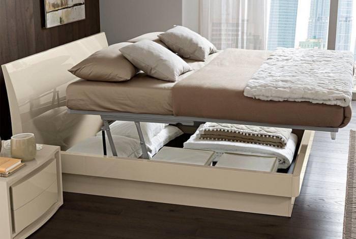Кровать-трансформер с подъемным механизмом в маленькой спальне