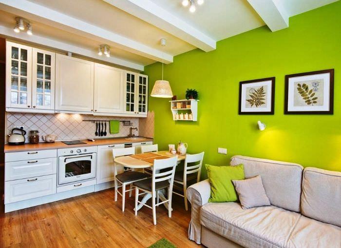 Интерьер совмещенной кухни в бело-зеленом цвете