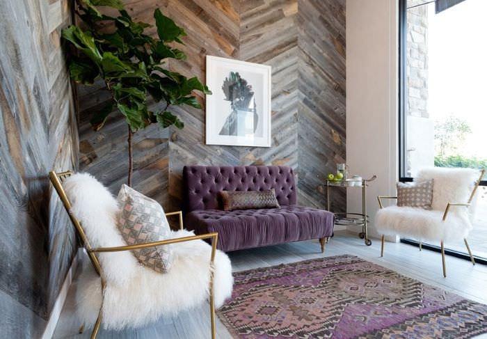 Укладка ламината елочкой на стене гостиной комнаты