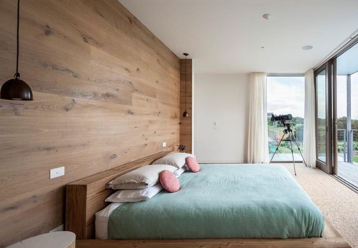 Отделка стены в спальной комнате ламинатом под дерево