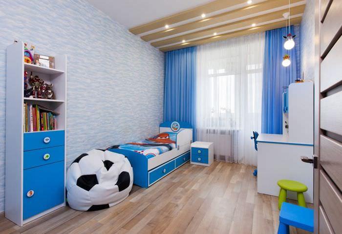 Голубая детская комната с ламинатом в качестве напольного покрытия