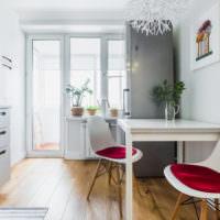 Интерьер белой кухни с коричневым полом
