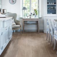 Ламинат в кухне-гостиной деревенского стиля