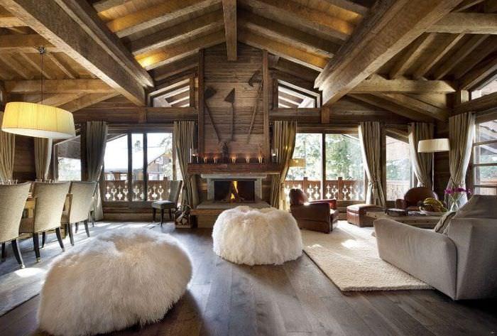 Ламинат на полу частного дома в стиле шале