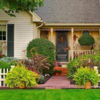 Оформление палисадника загородного дома