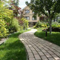 Центральная дорожка загородного участка из бетонной плитки