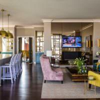 Лавандовое кресло в интерьере гостиной комнаты