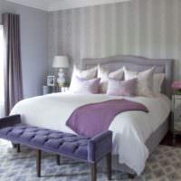 Сиреневое полотенце на кровати в спальне