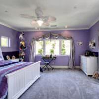 Спальня загородного дома с лавандовыми стенами