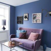 Сиреневый диванчик в гостиной частного дома
