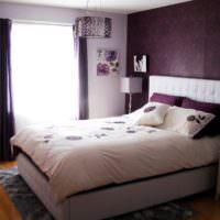 Темная спальня с белым покрывалом на кровати