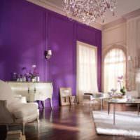 Сочетание белого цвета с лавандой в гостиной частного дома
