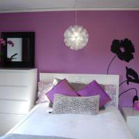 Черные декорации на фиолетовой стене