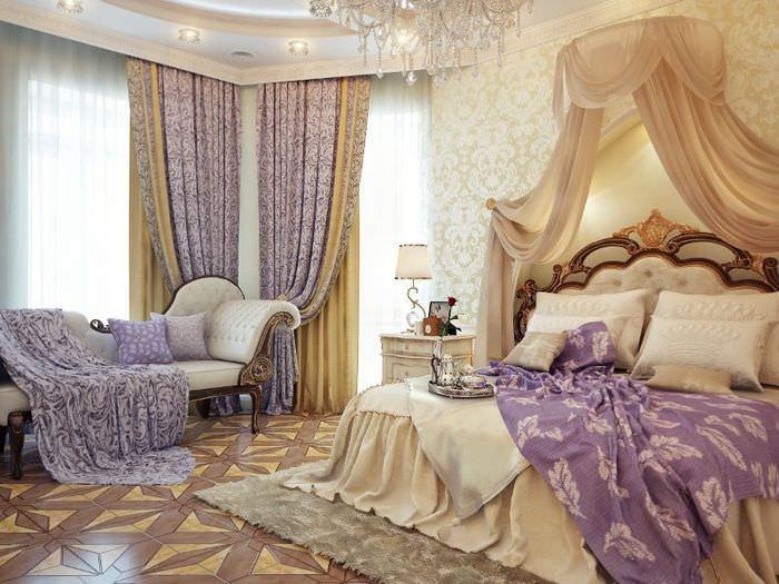 Интерьер классической спальни в коричневом цвете с акцентами лаванды