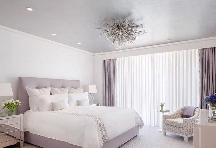 Оттенки лаванды в оформлении спальни молодой семьи