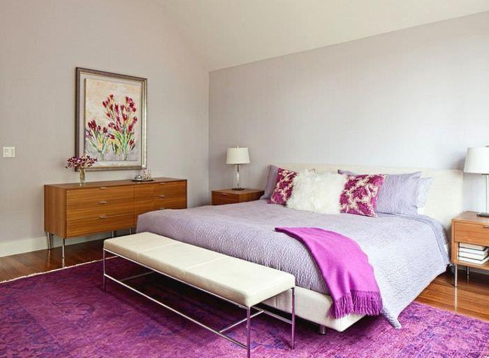 Сочетание цвета лаванды с лиловым оттенком в интерьере спальни