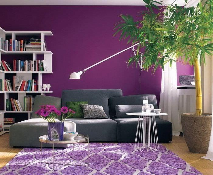 Различные оттенки лавандового цвета в интерьере гостиной