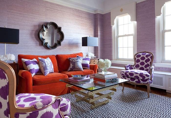 Морковный диван в комнате с лавандовыми стенами