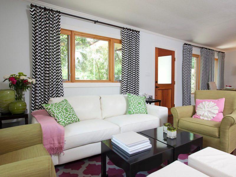 Легкие шторы в дизайне гостиной комнаты