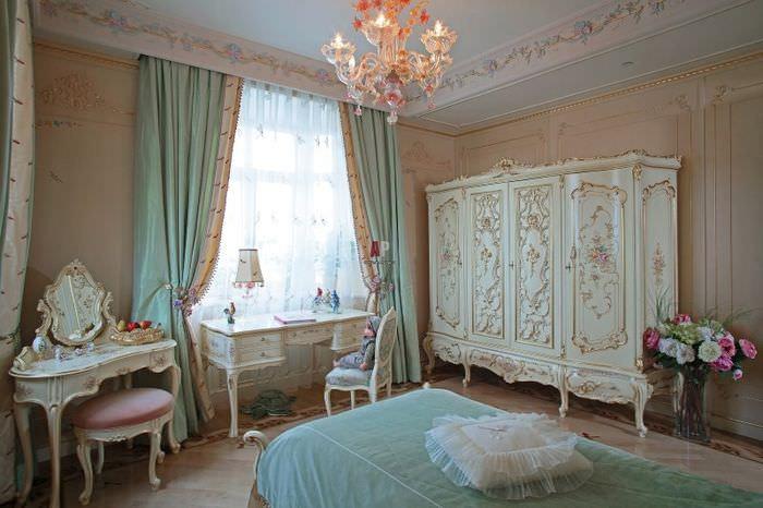 Интерьер детской комнаты для девочки с лепным декором
