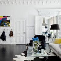 Белая гостиная с элементами лепнины