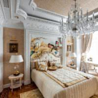 Лепнина на потолке и стенах спальной комнаты
