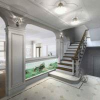 Использование лепных деталей в интерьере прихожей частного дома