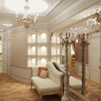 Интерьер прихожей жилого дома с лепными украшениями