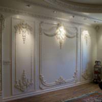 Стена с лепными украшениями в гостиной частного дома