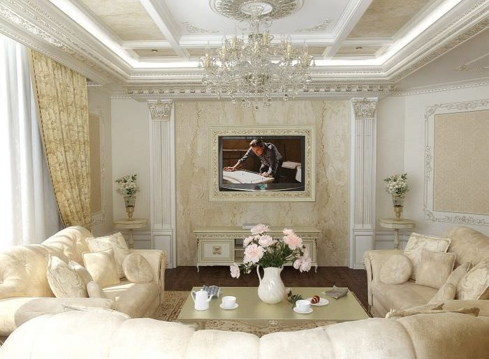 Интерьер гостиной загородного дома с лепными украшениями