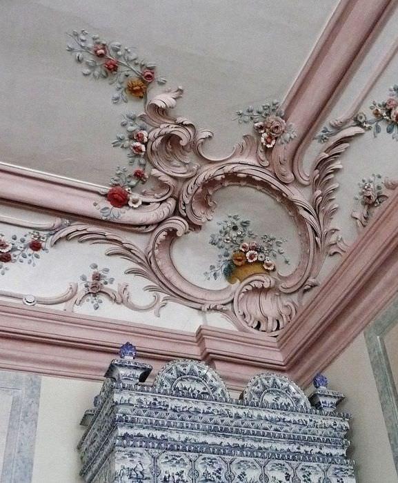 Красивый декоративный карниз из полиуретановой лепнины