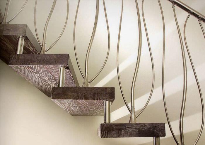 Ступени лестницы на вальцах крупным планом