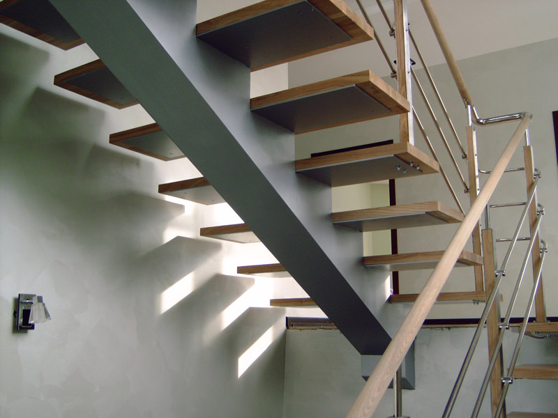 Лестница на косоуре с металлическими перилами