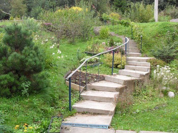 Лестница с перилами на склоне загородного участка